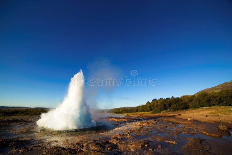 Strokkur Geysir爆发,冰岛 免版税图库摄影