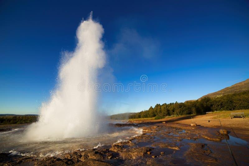 Strokkur Geysir爆发,冰岛 免版税库存图片