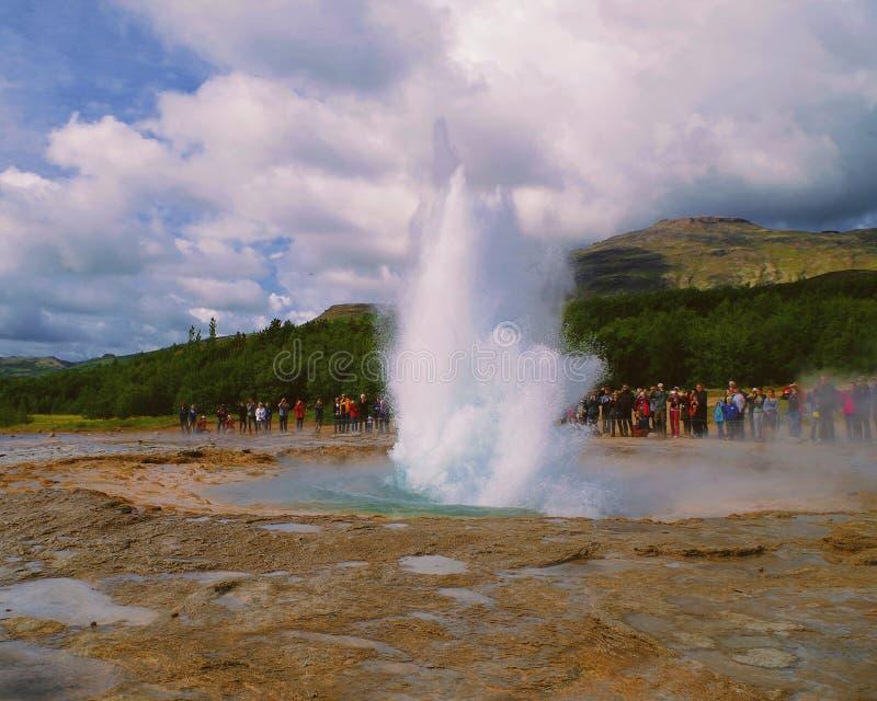 Strokkur Geysir,冰岛的爆发行动 免版税库存图片