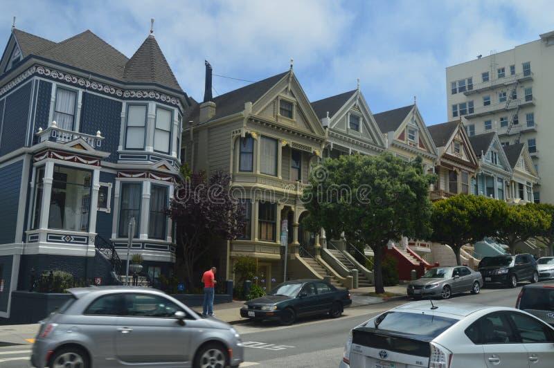 Strolling μέσω της οδού του Σαν Φρανσίσκο βρίσκουμε αυτά τα βικτοριανά χρωματισμένα σπίτια Laidies Αρχιτεκτονική διακοπών ταξιδιο στοκ φωτογραφία με δικαίωμα ελεύθερης χρήσης