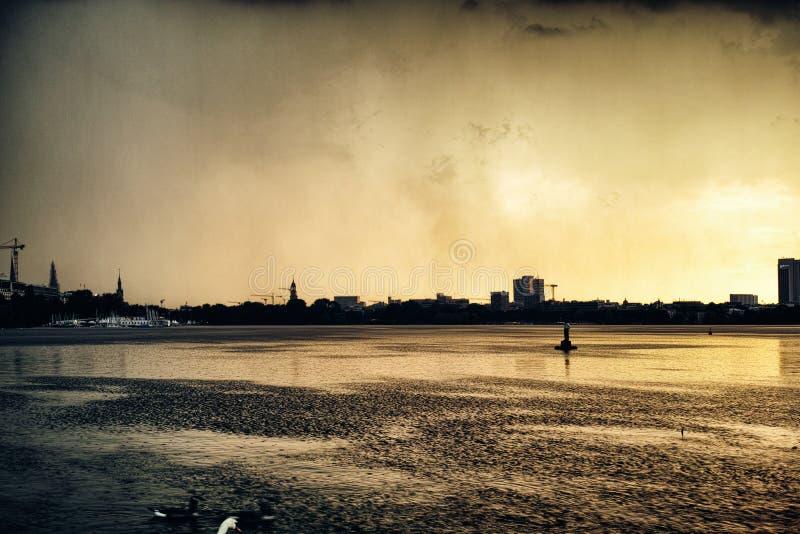 Strom Alster See Stadtparks Ente Hamburgs Deutschland des berühmten Rudersportsegelnpanoramahimmel-Nachtwolken-Sonnenuntergangsre lizenzfreie stockbilder