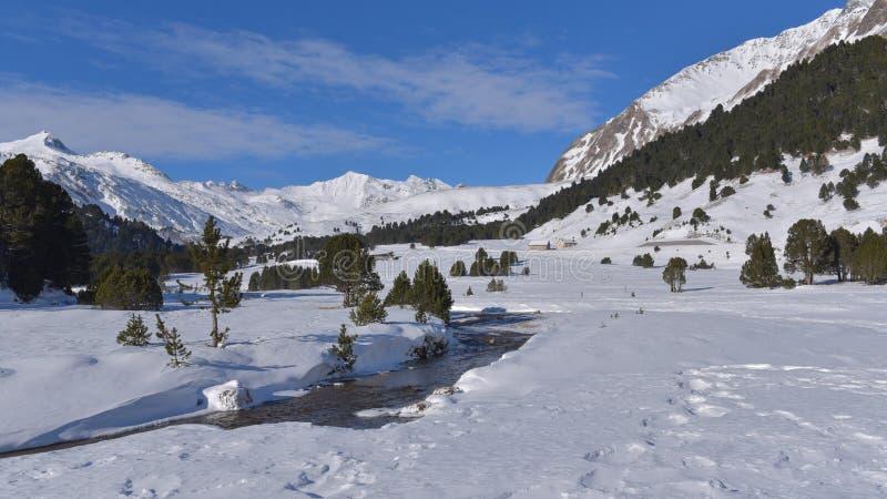 Strom, der in die Berge, im Winter, mit vielen Schnee fließt stockbild