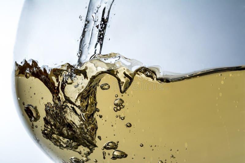Strom des Weins, der in eine Glasnahaufnahme, Wein, Spritzen, Blasen gießt, sprudeln stockbilder