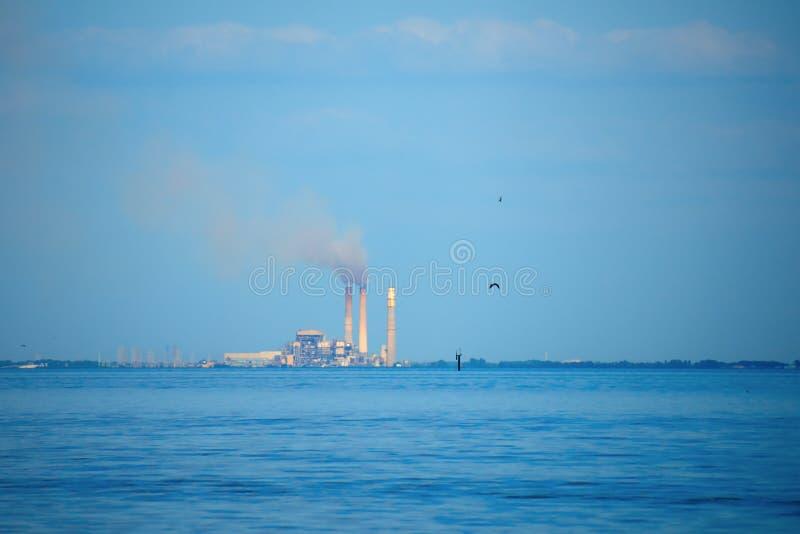 Strom-Kraftwerkstation der Kohle brennende mit rauchenden Stapeln stockbilder