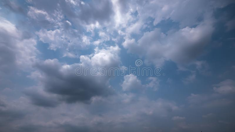 Strom och regnigt molnhimmel arkivbilder