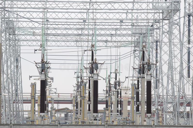 Strom-Transformatoren an der thermischen Triebwerkanlage stockfotografie