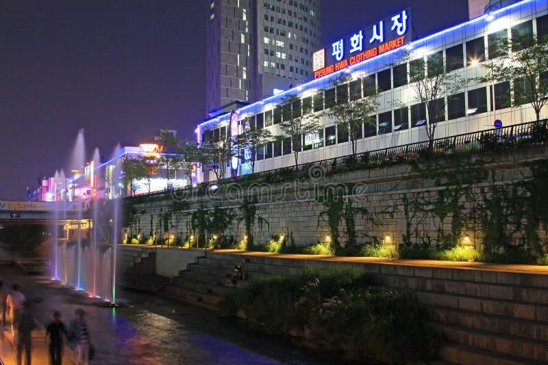 Strom und Stadt Koreas Seoul Cheonggyecheon Noght-Szenen stockbild