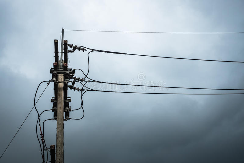 Strombeitrag vor Regen lizenzfreie stockfotografie