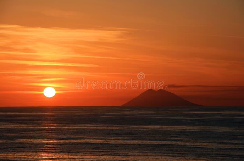 Stromboli au coucher du soleil photo libre de droits