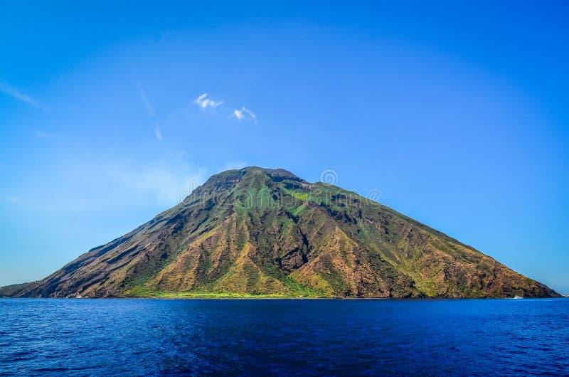 Stromboli beskådade den vulkaniska ön i Lipari från havet, Sicil arkivbild