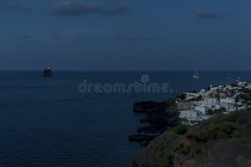 Stromboli-Dorf auf Stromboli-Insel lizenzfreie stockfotos
