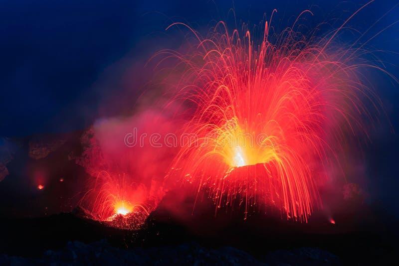 Strombolianuitbarsting van Stromboli-vulkaan met de explosie van Lavaslepen stock foto