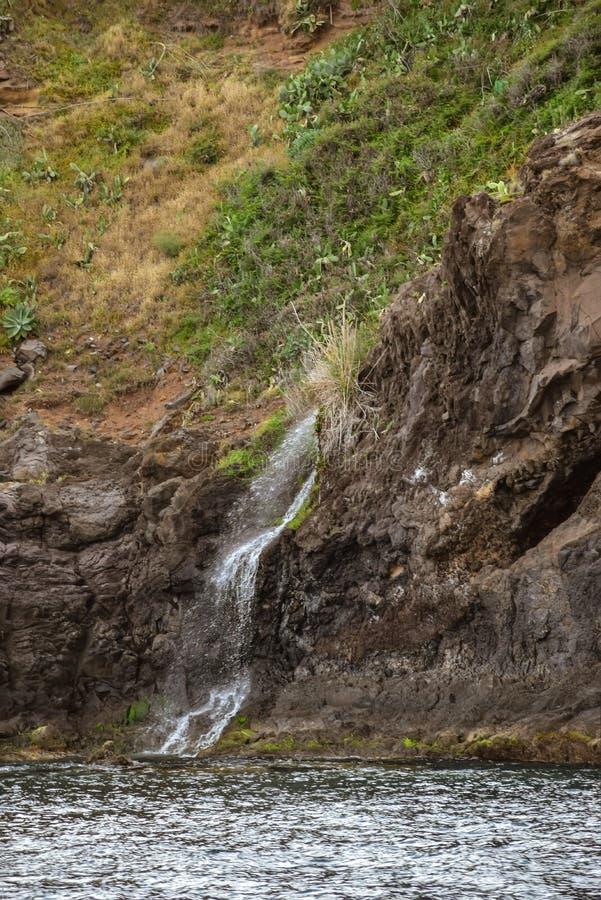 Strome falezy i siklawa w maderze i Atlantyckim oceanie Brać blisko Cabo Girao zdjęcia stock