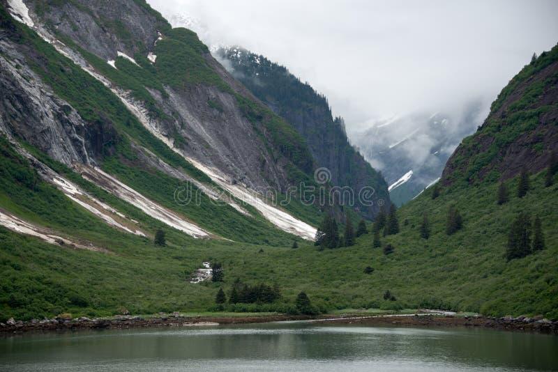 Strome góry i mglista dolina w Tracy Zbroją Fjord, Alaska zdjęcia royalty free