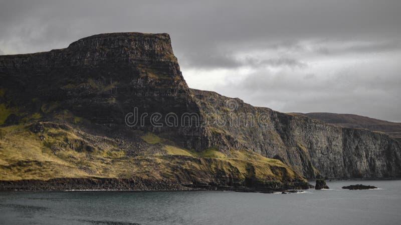 Stromej falezy wybrzeże na chmurzącym dniu obrazy royalty free