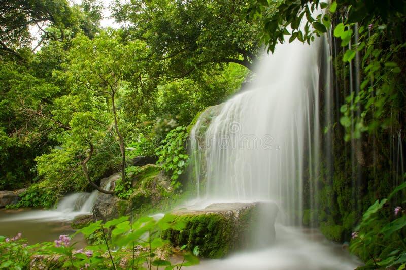 Stromen en watervallen stock afbeelding