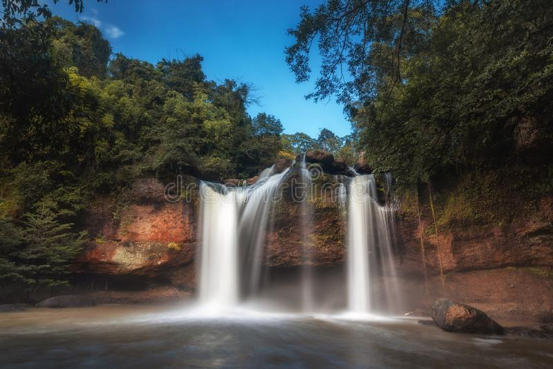 Stromend water bij de waterval van Haew suwat, het nationale park van khaoyai stock foto's