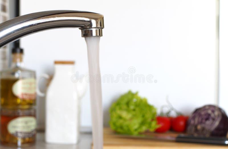Stromend water in de keuken stock foto's