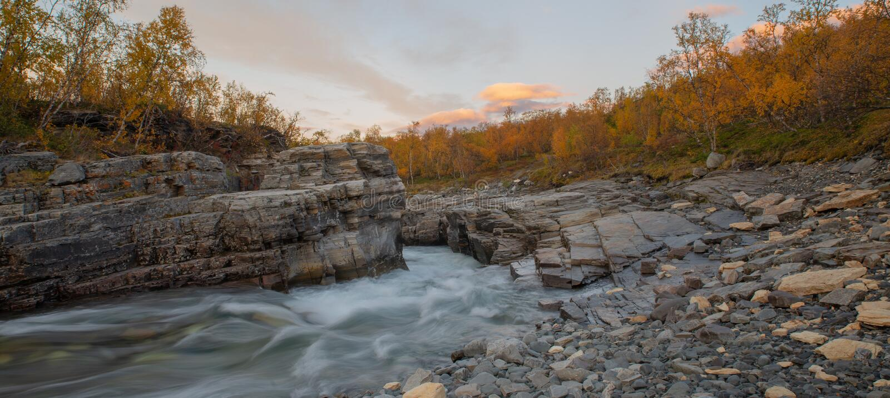 Stromende rivier in de herfst stock foto