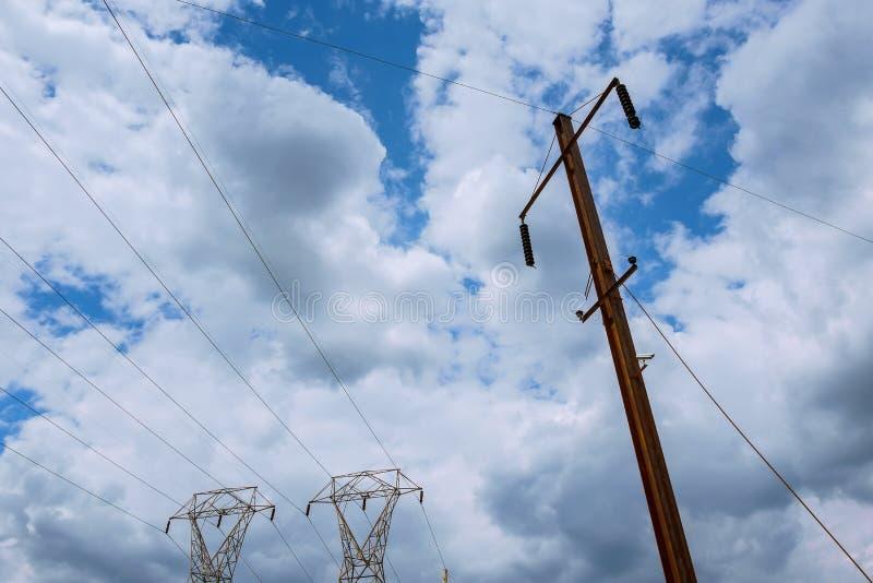 StromKraftwerk bei einem Sonnenuntergang Unterstützung von elektrischen Leitungen Wolken im Himmel - stufen Sie Betriebsgefahr ei lizenzfreie stockfotografie