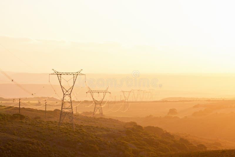Stromleitung Masten stockbilder