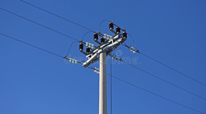 Stromleitung Pfostenhochspannung und zurückstellender Schalter lizenzfreies stockbild