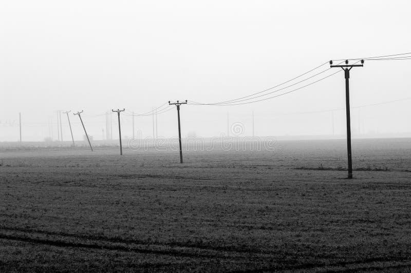 Download Stromleitungen über Einer Nebelhaften Fennlandschaft Stockfoto - Bild von pole, landschaft: 47101086