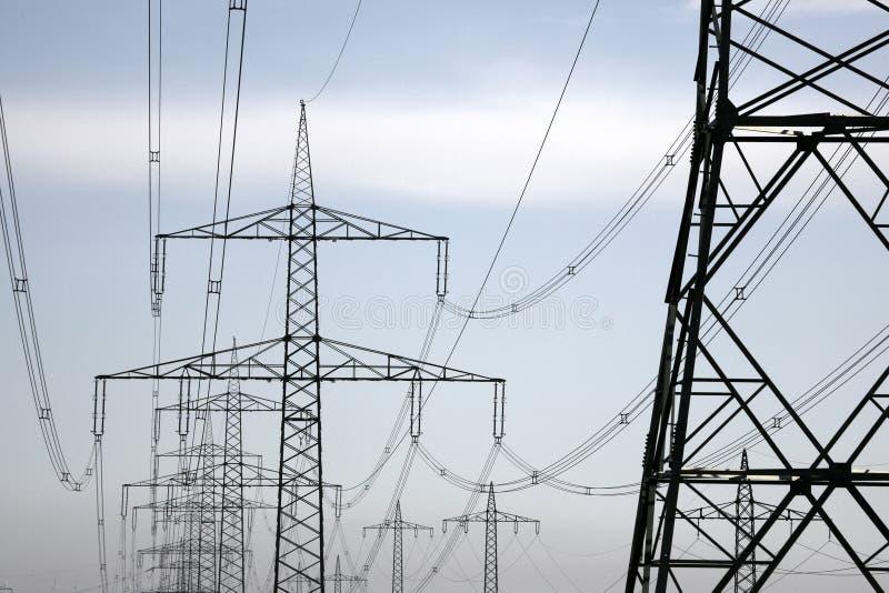 Stromleitungen u. Kontrolltürme stockfotos