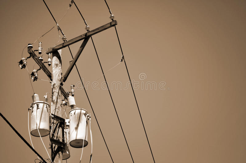 Stromleitungen und Transformator - Sepia lizenzfreie stockbilder