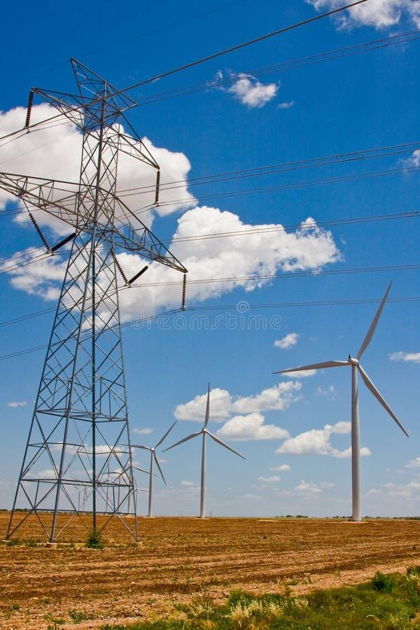 Stromleitungen und Windturbinen lizenzfreies stockbild