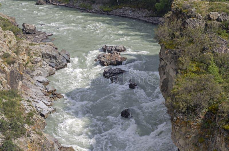Download Stromschnellen Auf Gebirgsfluss Stockbild - Bild von stein, fluß: 47101267