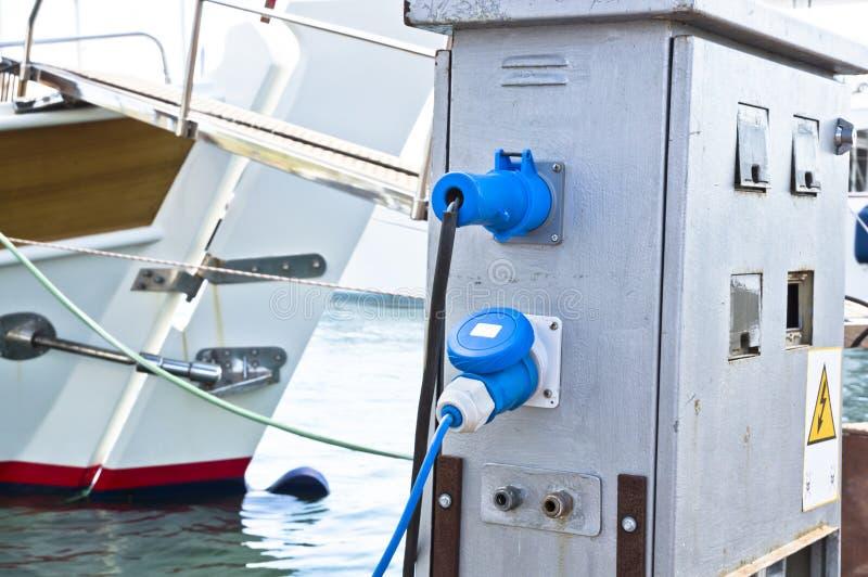 Stromversorgung für Yachten stockbilder