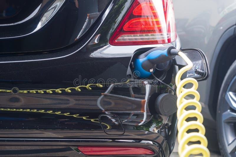 Stromversorgung f?r Aufladungsbatterie des hybriden Elektroautos Schlie?en Sie oben von der Stromversorgung, die in ein Elektroau stockbild