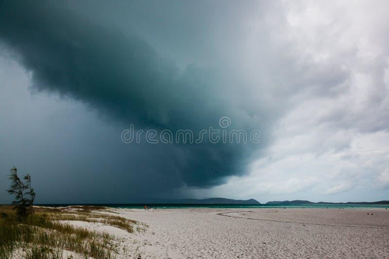 Stromywolken over een strand royalty-vrije stock afbeelding