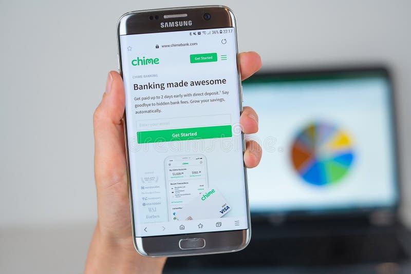 Strona internetowa Chime bank na telefonu ekranie zdjęcia royalty free