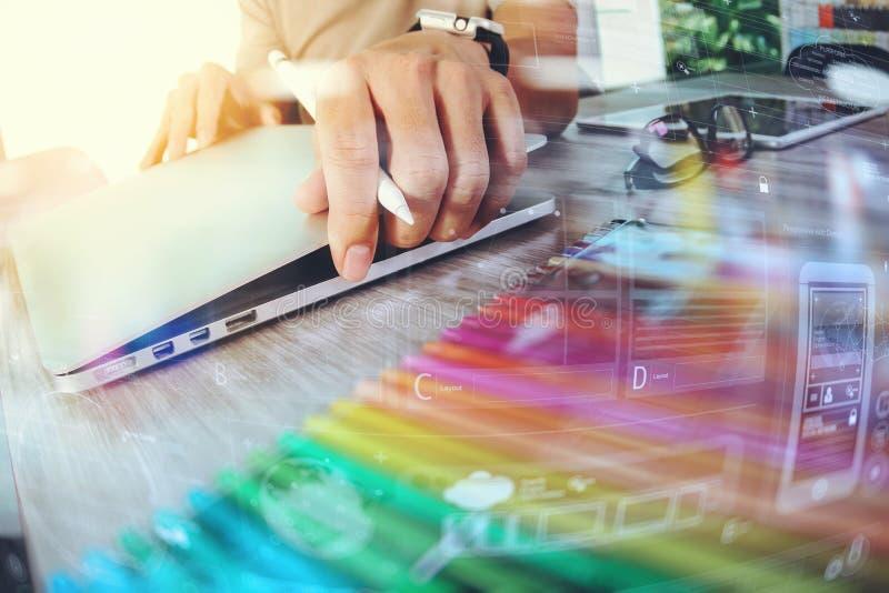 Strona internetowa projektant pracuje cyfrowego pastylki i komputeru laptop z obraz stock