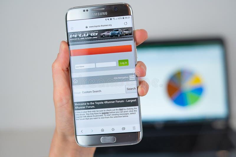 Strona internetowa Toyota 4runner na telefonu ekranie zdjęcia stock