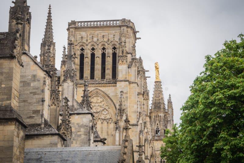 Strona Katedralny Świątobliwy Andre z statuą maryja dziewica obraz stock