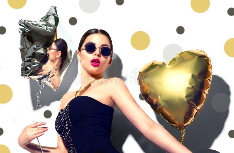 strona Piękno wzorcowa dziewczyna z kolorowym sercem i gwiazdą kształtującymi szybko się zwiększać fotografia stock