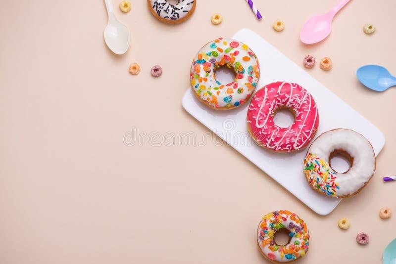 strona Różni colourful cukierkowi round oszkleni donuts i butelka fotografia stock
