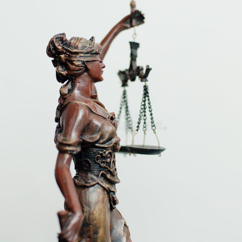 Strona themis, femida lub sprawiedliwości bogini rzeźba na bielu, zdjęcie royalty free