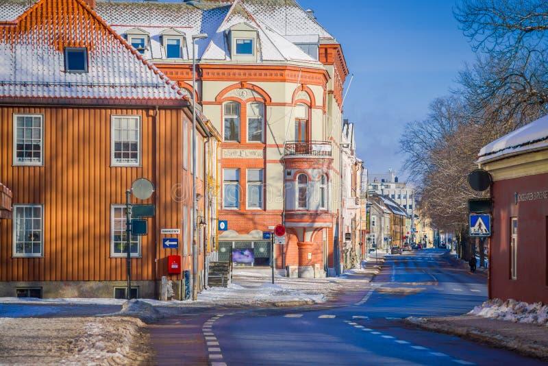 STRONDHEIM, NORUEGA - 4 DE ABRIL DE 2018: Edificios coloridos en las calles de Strondheim, Noruega Estilo escandinavo de fotos de archivo libres de regalías