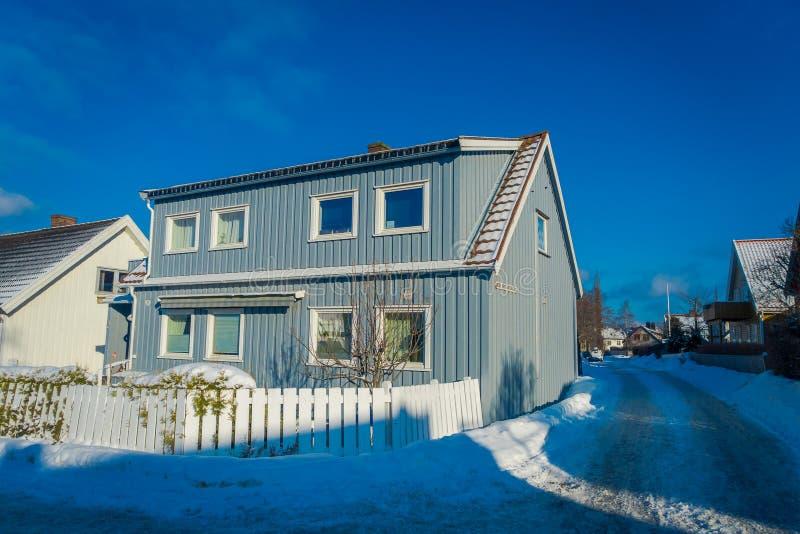 STRONDHEIM, NORUEGA - 4 DE ABRIL DE 2018: La vista al aire libre de casas vivas de madera escandinavas tradicionales se coloca a  fotos de archivo