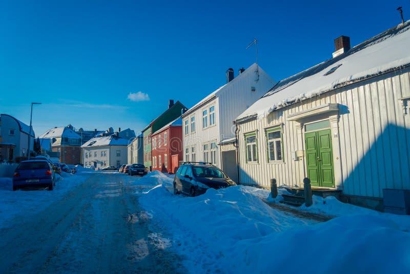 STRONDHEIM, NORUEGA - 4 DE ABRIL DE 2018: La vista al aire libre de casas vivas de madera escandinavas tradicionales se coloca a  imagen de archivo