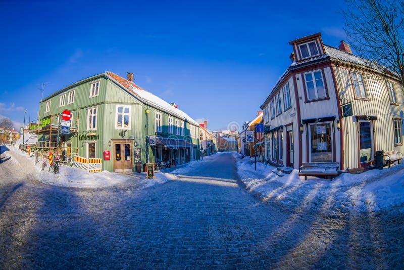 STRONDHEIM, NORUEGA - 4 DE ABRIL DE 2018: Las casas vivas de madera escandinavas tradicionales se colocan a lo largo de la calle  fotografía de archivo libre de regalías