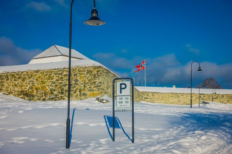STRONDHEIM, NORUEGA - 4 DE ABRIL DE 2018: Vista al aire libre de luces públicas en posts y un parcial informativo de la muestra c foto de archivo libre de regalías