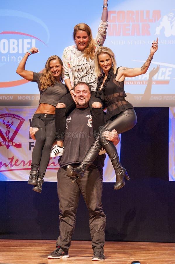 Strongman Jimmy Laureys de liftenmeisjes van België op stadium royalty-vrije stock fotografie