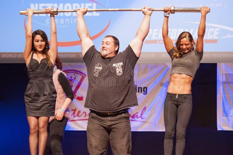 Strongman Jimmy Laureys de liftenmeisjes van België op stadium royalty-vrije stock foto's