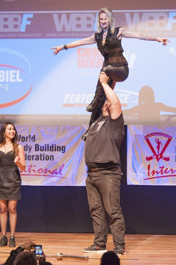 Strongman Jimmy Laureys de liftenmeisjes van België op stadium stock afbeeldingen