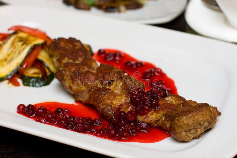 Strook geroosterd vlees en rode saus royalty-vrije stock afbeelding